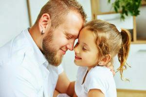Pai e filha felizes juntos.
