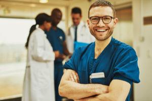 Médico sorrindo para a câmera.