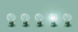 Várias lâmpadas e somente uma acesa.