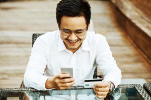 Homem comprando com o celular.